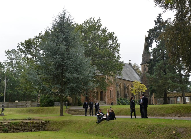 KING-EDWARDS-SCHOOL_PUPILS OUTSIDE CHURCH WALKING TALKING.JPG_20160628T161851